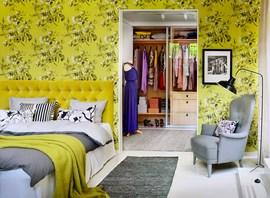 黄色いベッドルームとウォークインクローゼット